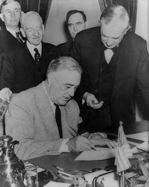 Франклин Рузвельт подписывает декларацию об объявлении войны Германии